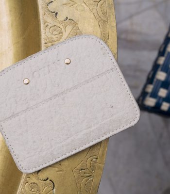 Porte-cartes OYAN Pinatex sur table dorée